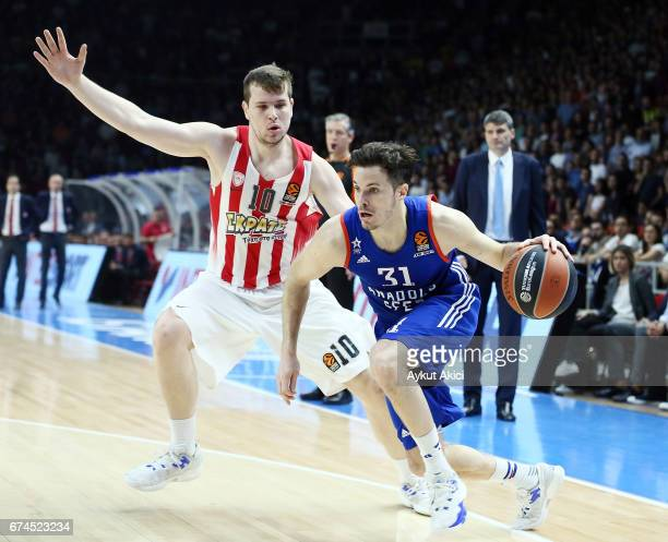 Thomas Heurtel #31 of Anadolu Efes Istanbul competes with Dimitrios Agravanis #10 of Olympiacos Piraeus during the 2016/2017 Turkish Airlines...