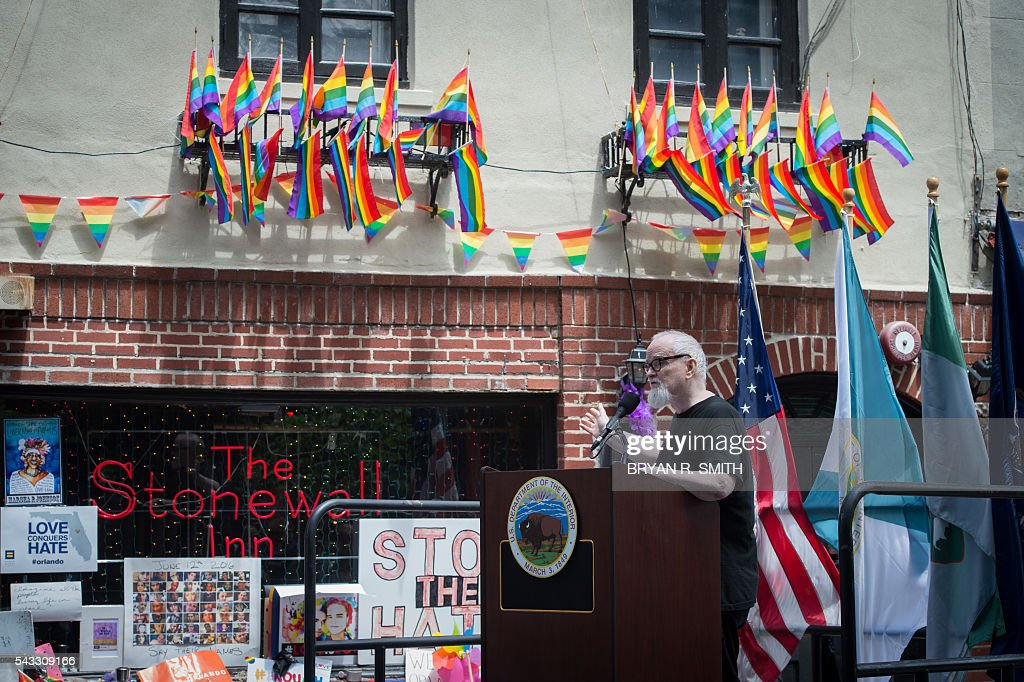 Thomas Lanigan-Schmidt, a veteran of the Stonewall riots, speaks as Mayor Bill de Blasio joins elected officials, advocates and New Yorkers in designating Stonewall Inn a National Monument,on June 27, 2016 in New York. / AFP / Bryan R. Smith