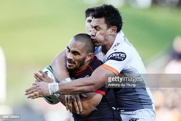 Thomas Leuluai of the Warriors is tackled by Elijah Taylor of the Tigers during the round 25 NRL match between the New Zealand Warriors and the Wests...