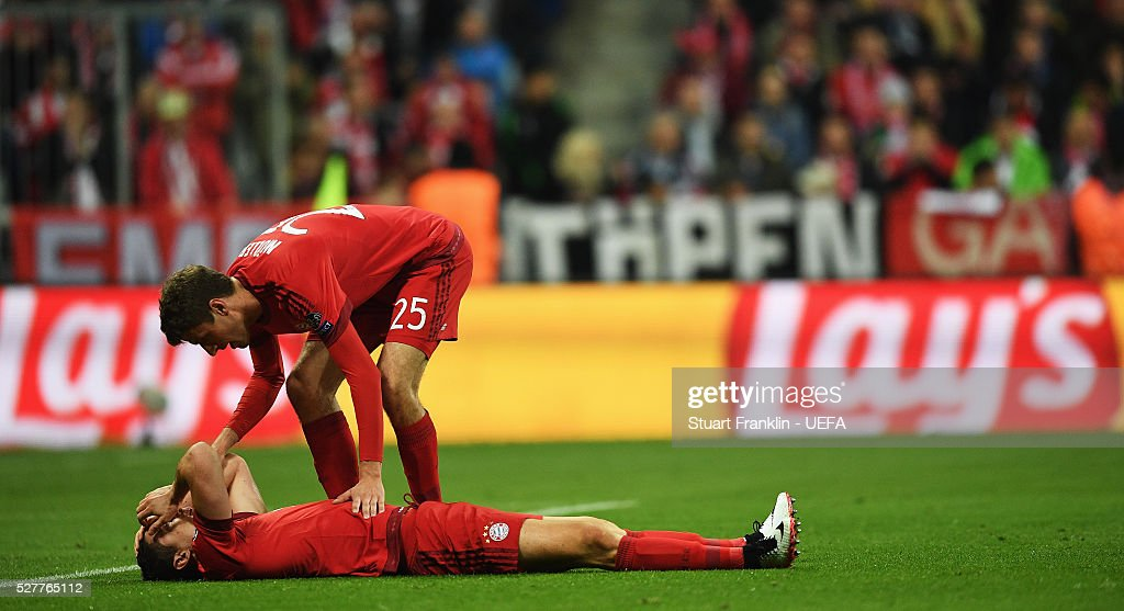 Thomas Mueller checks on <a gi-track='captionPersonalityLinkClicked' href=/galleries/search?phrase=Robert+Lewandowski&family=editorial&specificpeople=5532633 ng-click='$event.stopPropagation()'>Robert Lewandowski</a> of Muenchen during the UEFA Champions League Semi Final second leg match between FC Bayern Muenchen and Club Atletico de Madrid at the Allianz Arena on May 03, 2016 in Munich, Bavaria.