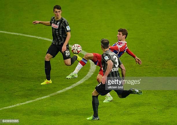Thomas Mueller im Zweikampf mit Marc Torrejon waehrend dem Fussball Bundesliga Spiel FC Bayern Muenchen gegen SC Freiburg am 16 Spieltag der Saison...