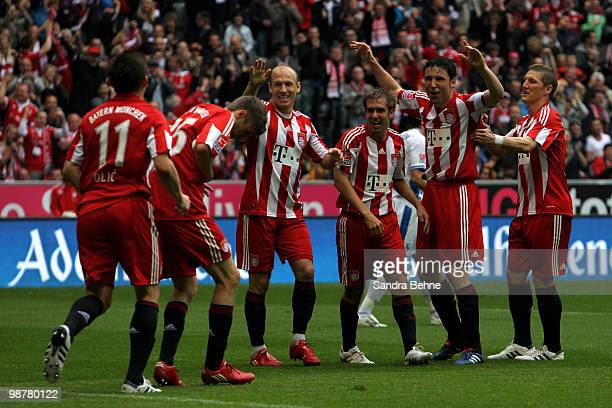 Thomas Mueller of Bayern celebrates with team mates after scoring the first goal during the Bundesliga match between FC Bayern Muenchen and VfL...