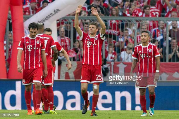Thomas Mueller of Bayern Muenchen and players of Muenchen celebrate after Robert Lewandowski of Bayern Muenchen scored his teams fourth goal to make...