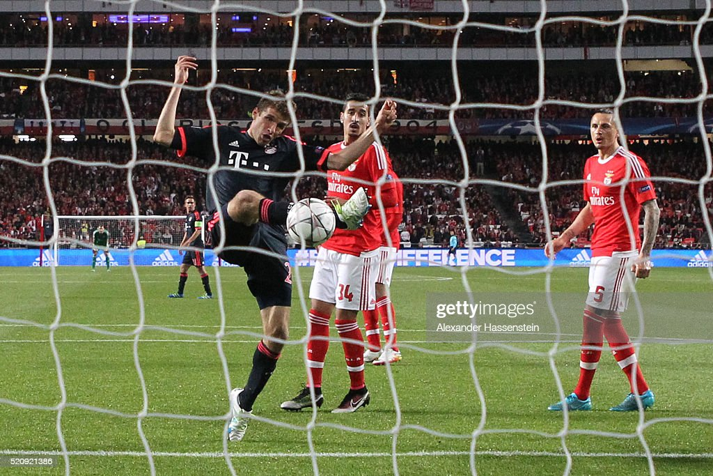 thomas-mueller-of-bayern-muenchen-scores-his-teams-second-goal-during-picture-id520921386