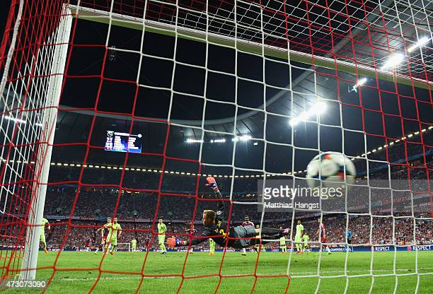 Thomas Mueller of Bayern Muenchen scores their third goal past MarcAndre ter Stegen of Barcelona during the UEFA Champions League semi final second...