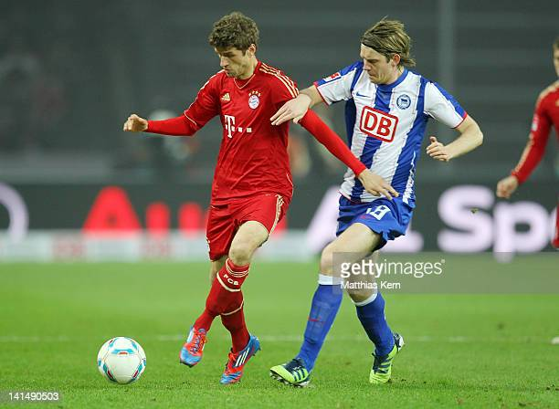 Thomas Mueller of Muechen battles for the ball with Peter Niemeyer of Berlin during the Bundesliga match between Hertha BSC Berlin and FC Bayern...