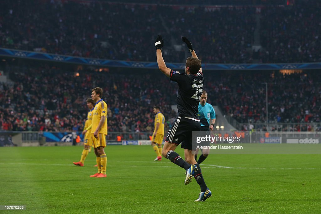 <a gi-track='captionPersonalityLinkClicked' href=/galleries/search?phrase=Thomas+Mueller&family=editorial&specificpeople=5842906 ng-click='$event.stopPropagation()'>Thomas Mueller</a> of Muenchen celebrate scoring the second team goal during the UEFA Champions League Group F match between FC Bayern Muenchen and FC BATE Borisov at Allianz Arena on December 5, 2012 in Munich, Germany.