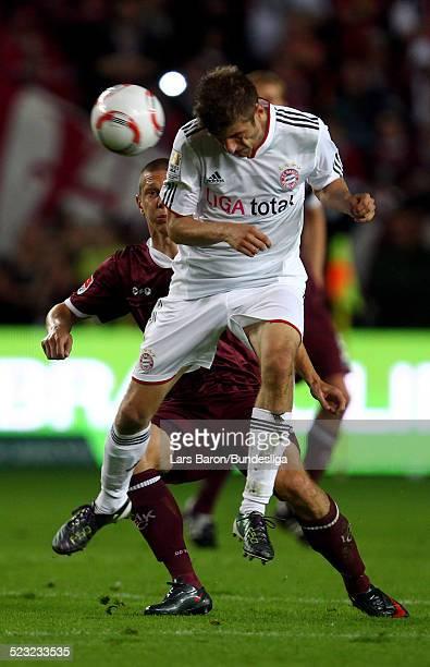 Thomas Mueller von Muenchen springt hoch zum Kopfball waehrend des Bundesligaspiels zwischen 1 FC Kaiserslautern und FC Bayern Muenchen im...