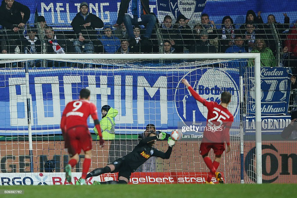 Thomas Muller of Bayern Muenchen has his penatly saved by Manuel Riemann of VfL Bochum during the DFB Cup quarter final match between VfL Bochum and Bayern Muenchen at Rewirpower Stadium on February 10, 2016 in Bochum, Germany.