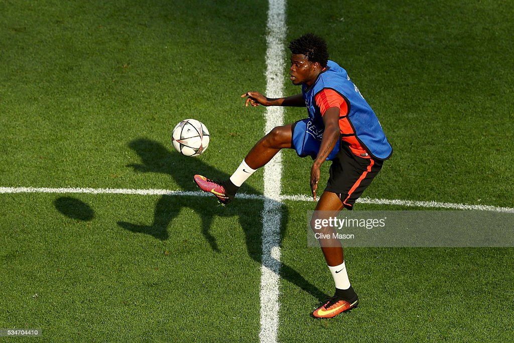 <a gi-track='captionPersonalityLinkClicked' href=/galleries/search?phrase=Thomas+Partey&family=editorial&specificpeople=13560196 ng-click='$event.stopPropagation()'>Thomas Partey</a> of Atletico Madrid controls the ball during an Atletico de Madrid training session on the eve of the UEFA Champions League Final against Real Madrid at Stadio Giuseppe Meazza on May 27, 2016 in Milan, Italy.