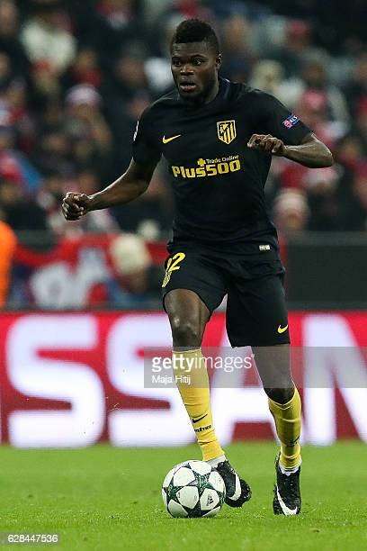 Thomas Partey of Atletico Madrid controls the ball during the UEFA Champions League match between FC Bayern Muenchen and Club Atletico de Madrid at...