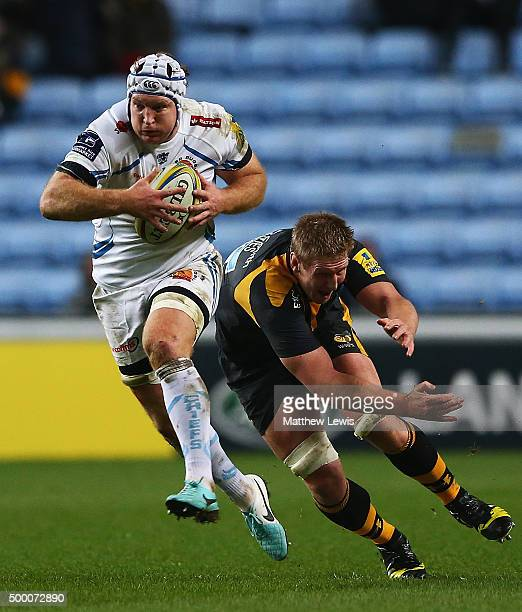 Thomas Waldrom of Exeter Chiefs breaks clear of the tackle from Bradley Davies of Wasps during the Aviva Premiership match between Wasps and Exeter...