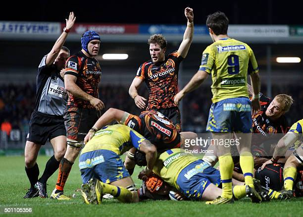 Thomas Waldrom scores for Exeter Chiefs against Clermont Auvergne during the European Rugby Champions Cup match between Exeter Chiefs and Clermont...