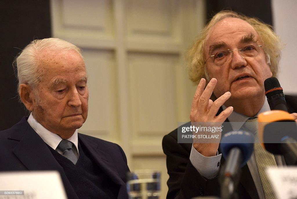 Thomas Walther (R), lawyer of former prisoners of Auschwitz extermination camp speaks next to former prisoner Leon Schwarzbaum during a press conference in Detmold, western Germany, on February 10, 2016 ahead of a trial of a former SS man Reinhold Hanning. Reinhold Hanning, 93, faces court in the western town of Detmold from Thursday, charged with at least 170,000 counts of accessory to murder in his role as a former guard at the camp in occupied Poland. / AFP / PATRIK STOLLARZ
