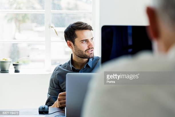 Nachdenklich Geschäftsmann, Wegsehen im Büro