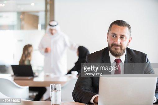 Considerado hombre de negocios con ordenador portátil y mirando lejos