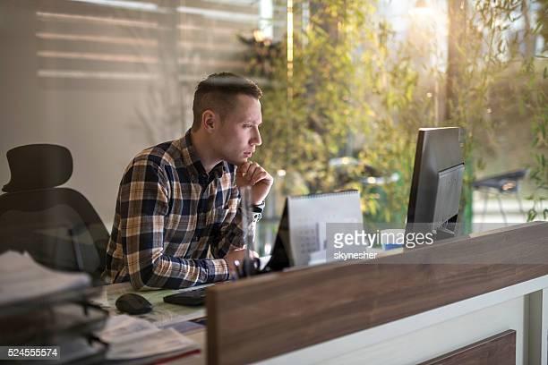 Durchdachte Geschäftsmann arbeiten mit computer im Büro.