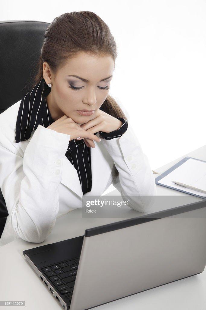 Pensive Femme d'affaires à l'aide d'un ordinateur portable : Photo
