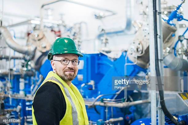 Durchdachte Arbeiter Wegsehen im factory