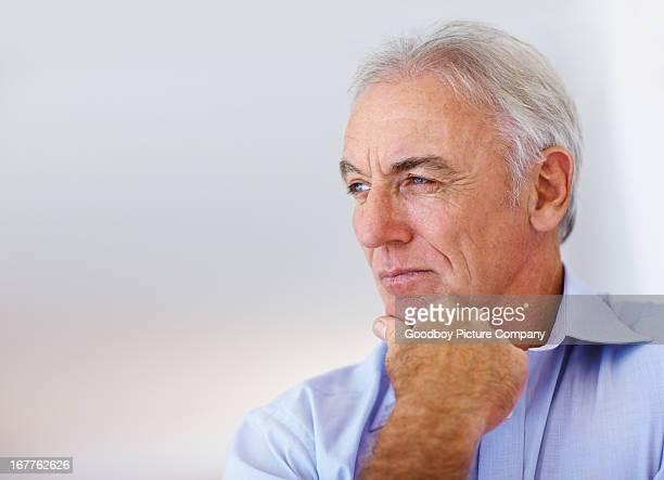 Nachdenklich senior business Mann Blick auf Textfreiraum