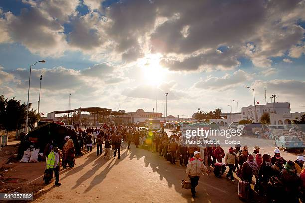 Thousands of foreign migrant workers fleeing Libya unrest are crossing the Tunisian checkpoint of Ras Jdir