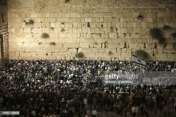 Thousands of Jews perform the Selichot prayer at the ...