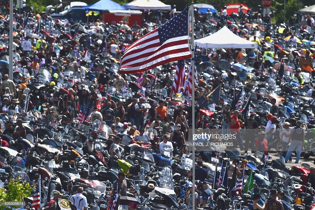 Thousands of motorcycle riders attending the Rolling Thunder XXIX Ride For Freedom line up in the Pentagon parking lot May 29, 2016 shortly before parading through Washington, DC, to raise awareness for American Prisoners of War and warriors currently missing in action. / AFP / PAUL