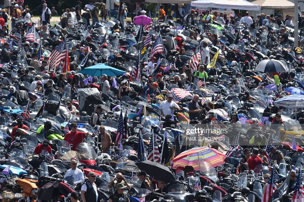 Thousands of motorcycle riders participating the Rolling Thunder XXIX Ride For Freedom line up in the Pentagon parking lot May 29, 2016 shortly before parading through Washington, DC, to raise awareness for American Prisoners of War and warriors currently missing in action. / AFP / PAUL