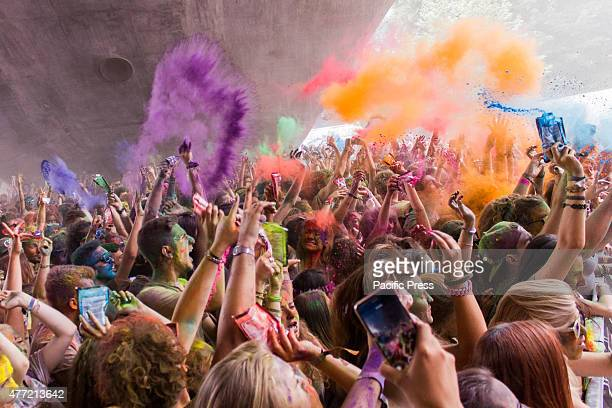 Thousands of people at the second edition of the Turin Holi Fusion the Festival of Colors of Indian origin Here a moment of color explosion