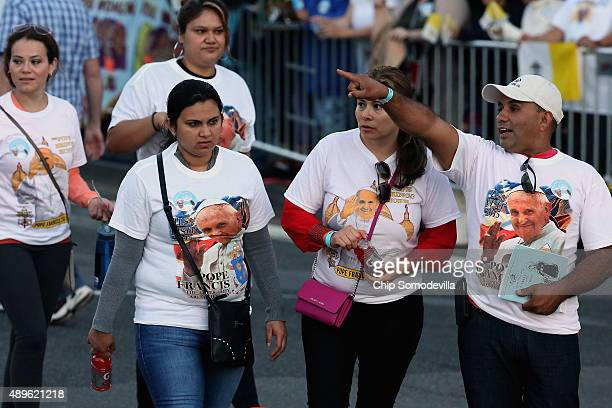Thousands of people begin to line the parade route that Pope Francis will follow along the National Mall September 23 2015 in Washington DC People...