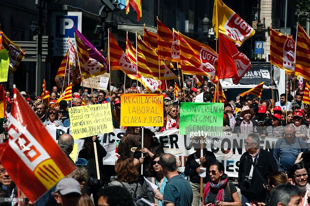 Thousands of people march during the traditional May Day rally called by Spanish unions in Barcelona on May 1, 2016. / AFP / PAU