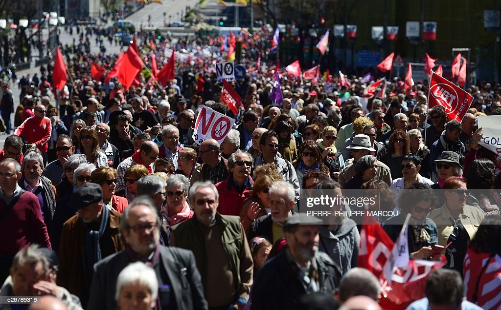 Thousands of people take part to the traditional May Day rally in Madrid on May 1, 2016. / AFP / PIERRE