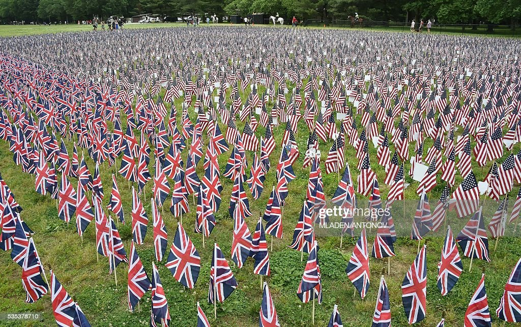 Thousands of US and British flags are placed in memory of the fallen soldiers near the Reflecting Pool on Memorial Day in Washington, DC, May 29, 2016. / AFP / MLADEN
