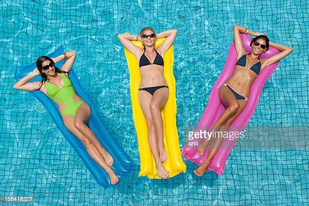 Tre bella donna prendere il sole in piscina (XXXL)