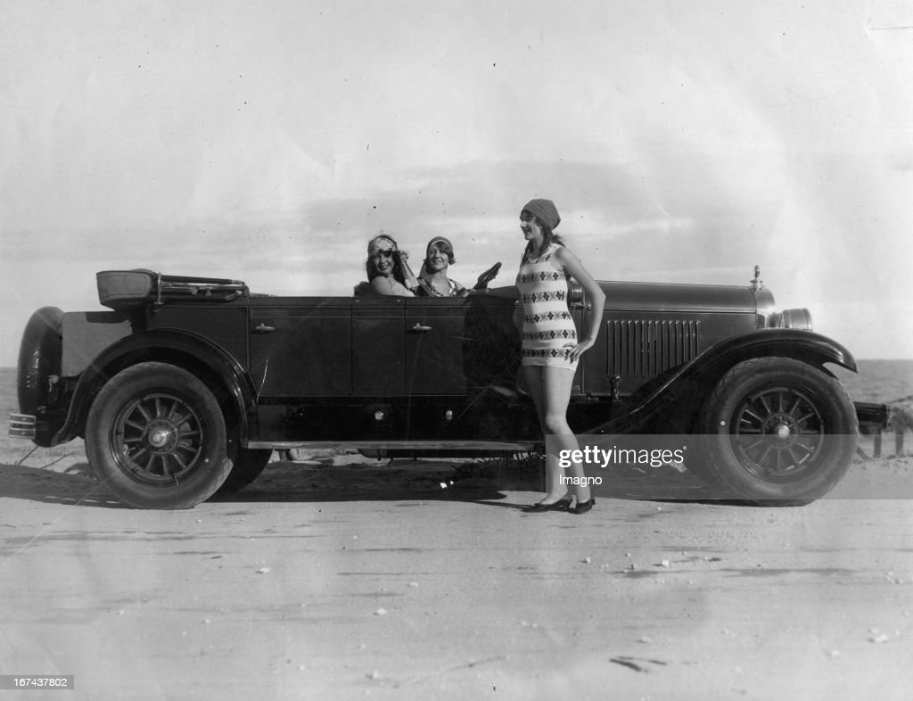 Three beautiful young Mannequins present the latest swimwear in a Cadillac. Florida. About 1930. Photograph. (Photo by Imagno/Getty Images) Drei schöne junge Mannequins präsentieren die neueste Bademode in einem Cadillac. Florida. Um 1930. Photographie.