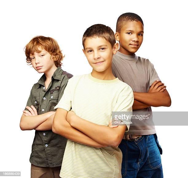 Drei Jungen mit Arme verschränkt auf Weiß