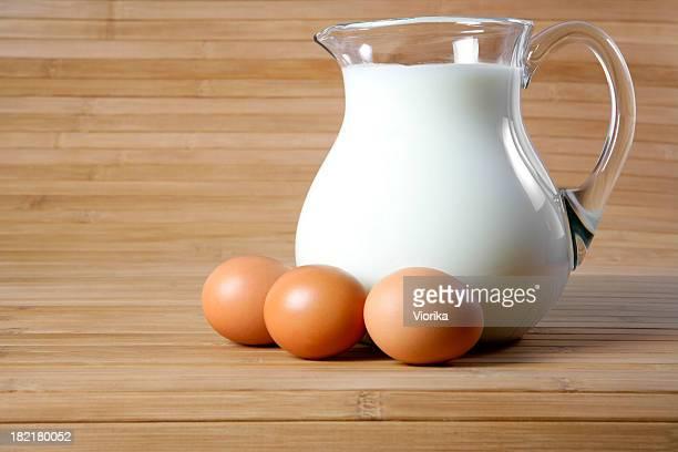 Krug mit Milch und Eier