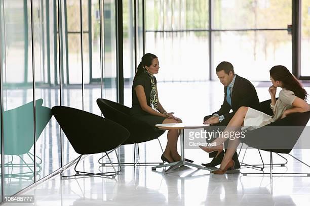 Tre dirigenti d'affari avendo una riunione in ufficio caffetteria