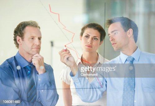 Três empresários tendo uma reunião sobre desenvolvimento de negócio : Foto de stock