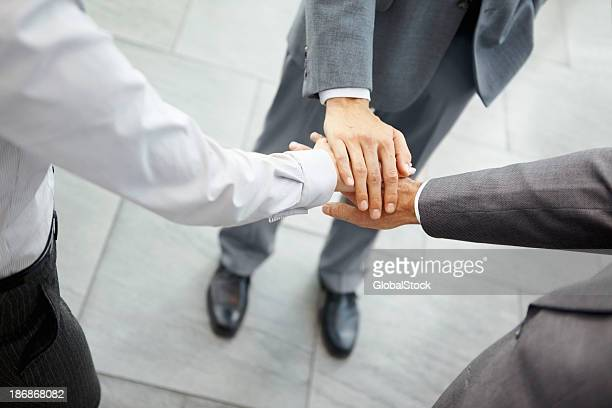 Gens d'affaires avec les mains ensemble