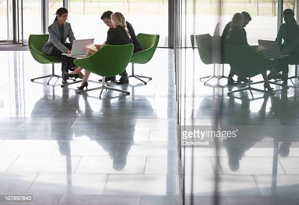 Trois hommes d'affaires travaillant au bureau moderne de cantine