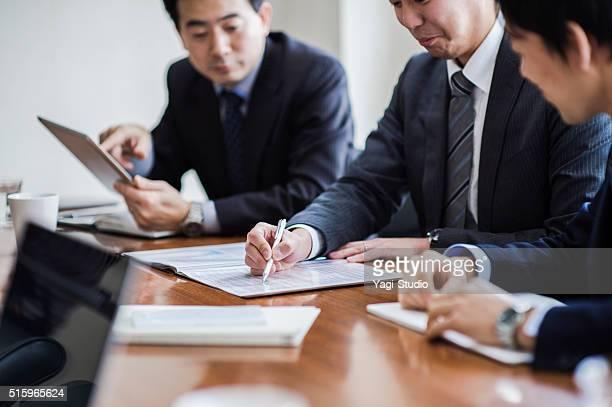3 つのビジネスマンのミーティング、コンファレンスルーム。