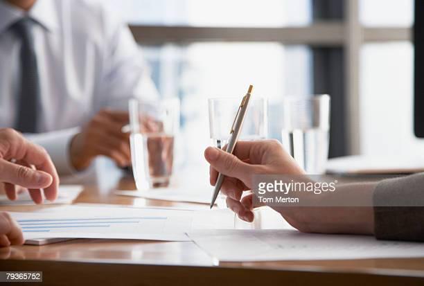 Trois hommes d'affaires à la table de conférence