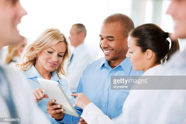Tre uomini d'affari che lavora su un touchpad.
