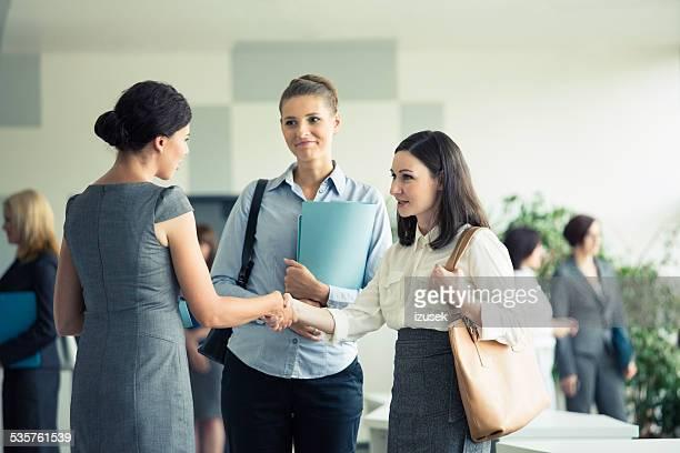 Tre businesswomen'parlando in un ufficio