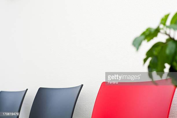 Drei Sessel und eine Pflanze im Büro