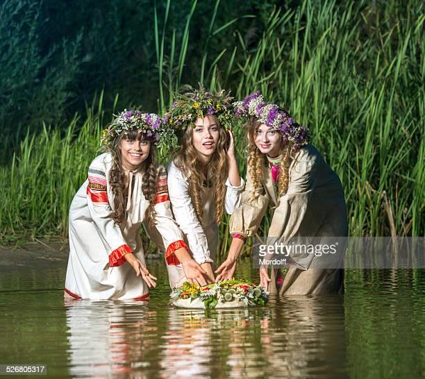 Drei schöne Mädchen in Fluss bei Nacht
