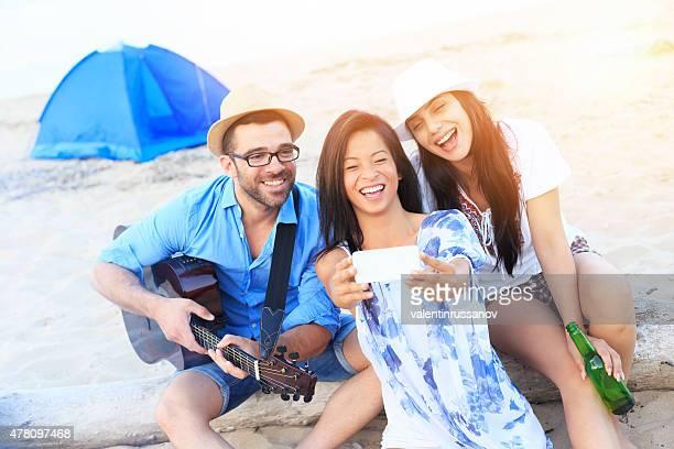 3 つの陽気なご友人とご一緒に写真を撮ることにスマートフォン