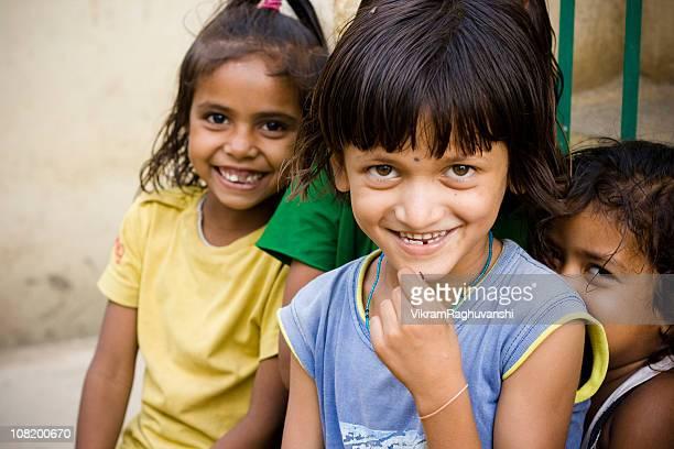 Drei fröhliche ländlichen indische Mädchen