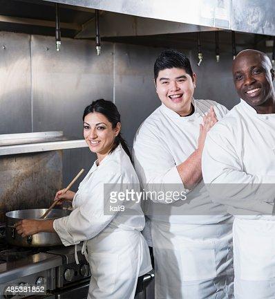 3 つのシェフが、オープンキッチンで働く商業